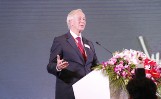 President Richard Brodhead speaks on the second day of opening ceremonies at Duke Kunshan University.